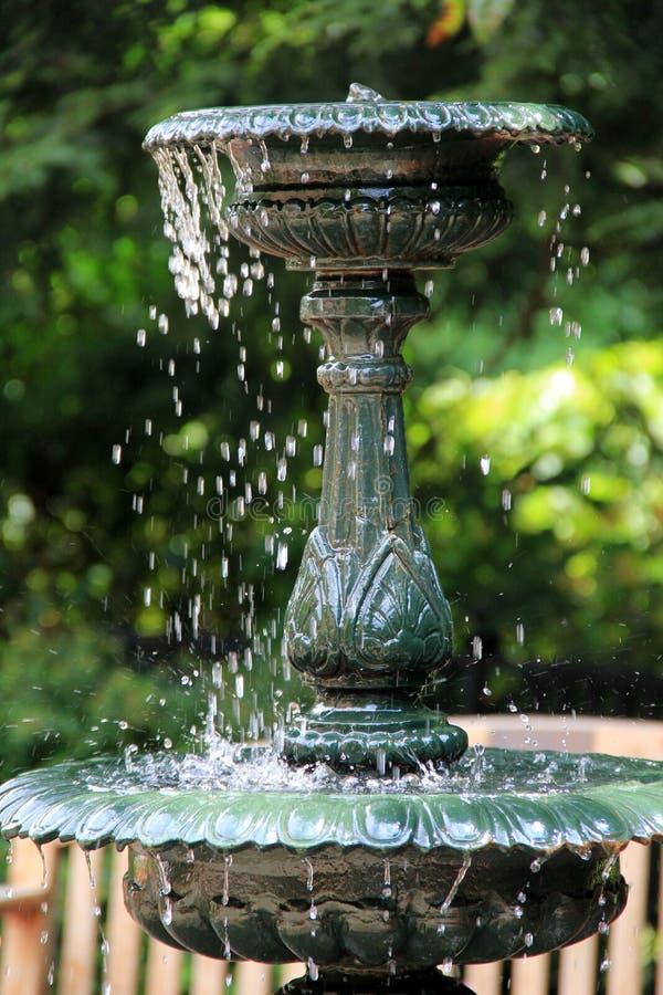 Gammal funktionsduglig vattenspringbrunn i parkera royaltyfri bild