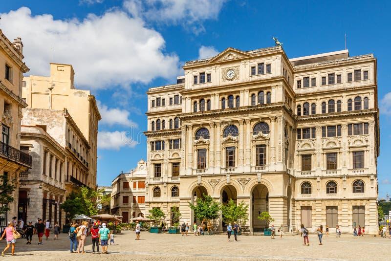 Gammal fyrkant med gammal spansk byggnad med klockan, plaza Vieja, ce fotografering för bildbyråer