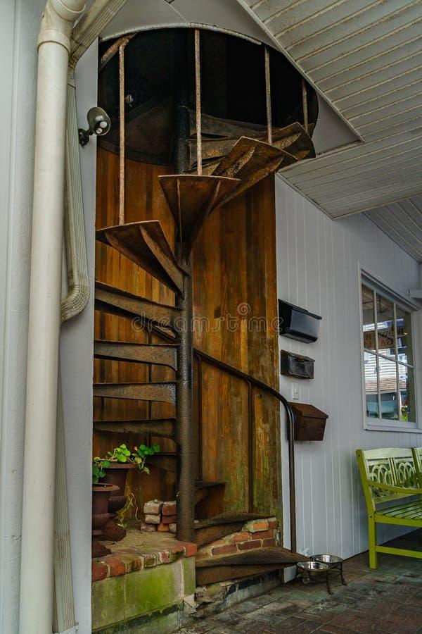 Gammal gård med en spiraltrappuppgång Ingången som returnerar från gatan Cape Cod Provincetown, har en stor glad befolkning av in arkivfoto
