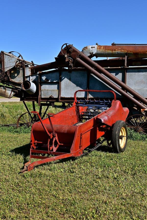 Gammal gödselspreader och tröska - maskin royaltyfri fotografi