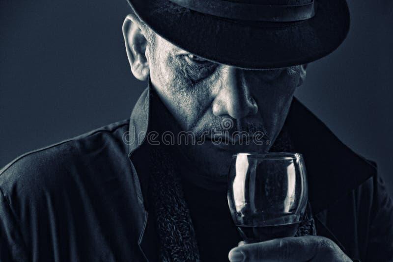 Gammal gangster med den mystiska framsidan royaltyfri foto