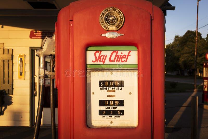 Gammal gaspump på en bensinstation längs Route 66 i Dwight, Illinois, USA fotografering för bildbyråer