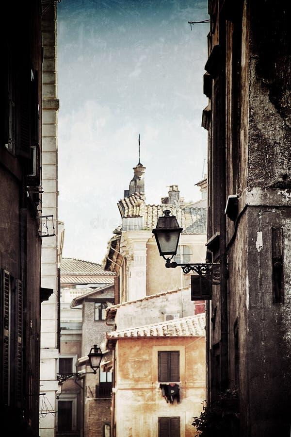 Gammal gata av den historiska mitten av Rome royaltyfria foton
