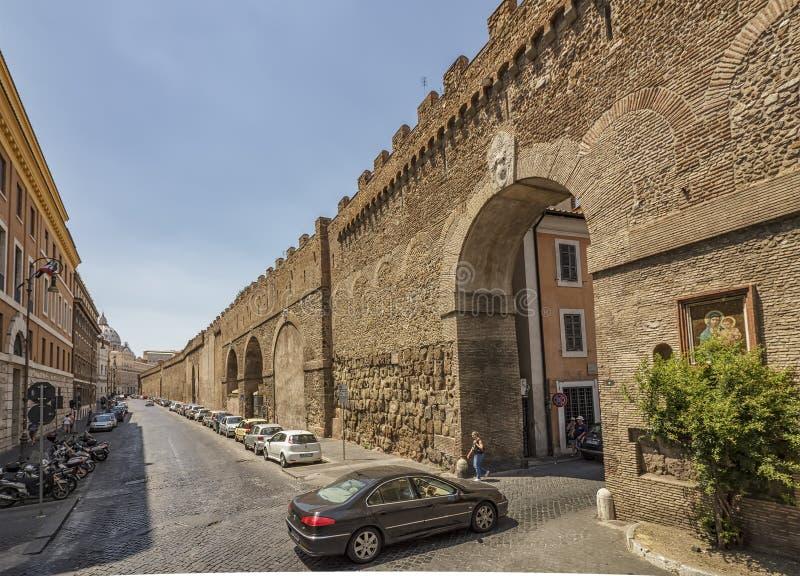 Gammal gata, byggnader och stadsväggsikt i Rome, Italien fotografering för bildbyråer