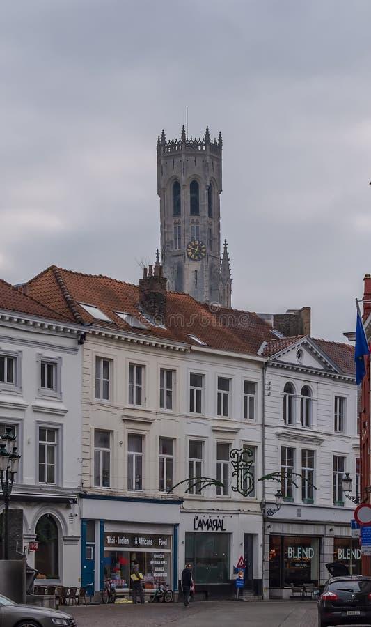 Gammal gata i Bruges med klockstapeln av Bruges, ett medeltida klockatorn, i bakgrunden royaltyfria foton