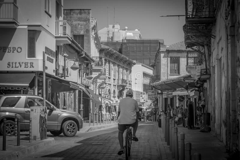 Gammal gata i den Limassol staden royaltyfria bilder