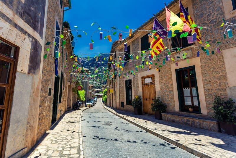 Gammal gata i historisk stad av Deia i bergen av Mallorca arkivbilder