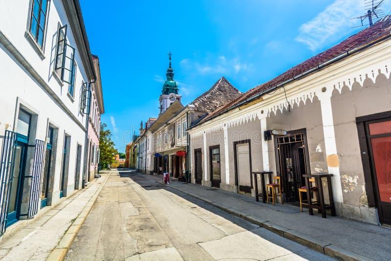 Gammal gata i Karlovac, Kroatien fotografering för bildbyråer