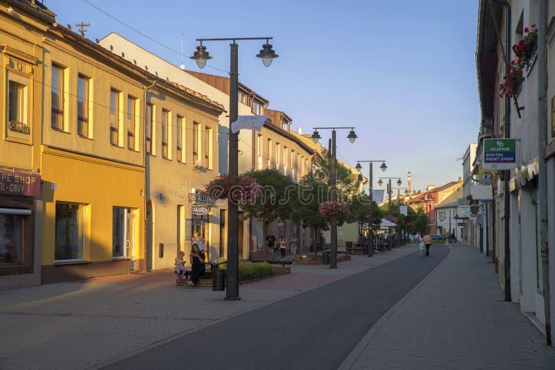 Gammal gata i Liptovsky Mikulas slovakia arkivbilder