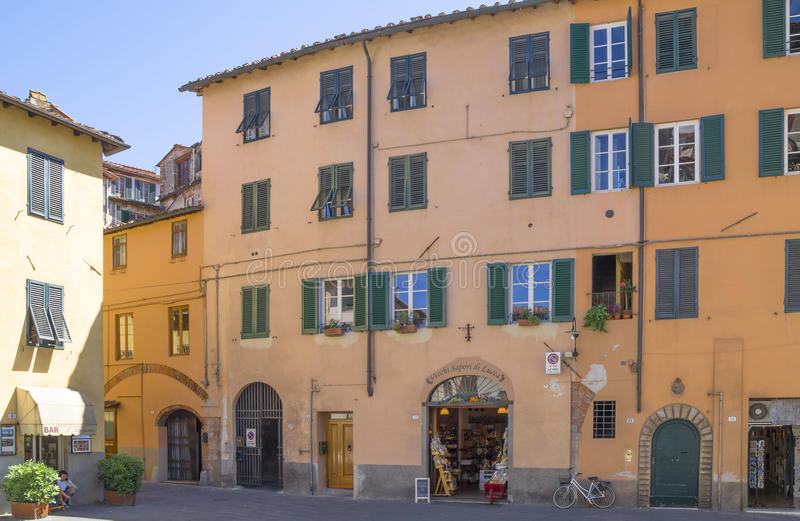 Gammal gata i medeltida fästning av Lucca fotografering för bildbyråer