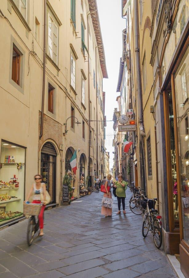 Gammal gata i medeltida fästning av Lucca arkivbilder