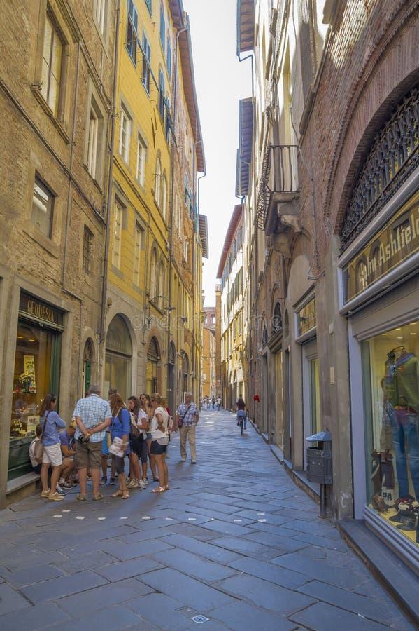 Gammal gata i medeltida fästning av Lucca royaltyfri fotografi