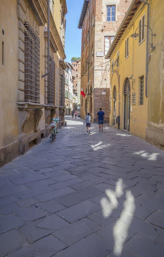 Gammal gata i medeltida fästning av Lucca arkivbild