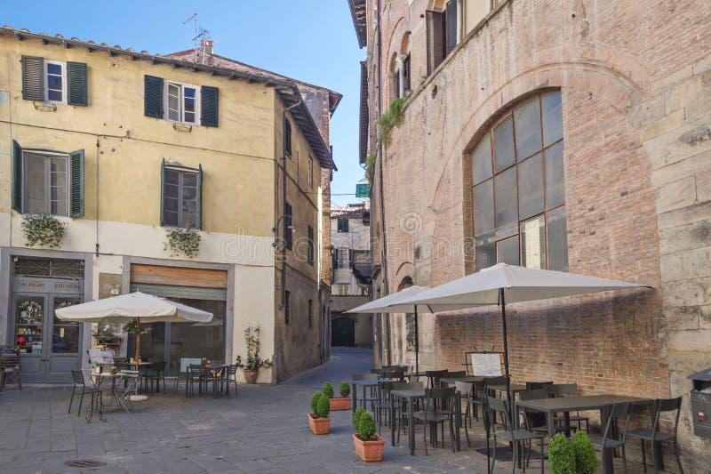 Gammal gata i medeltida fästning av Lucca royaltyfria foton