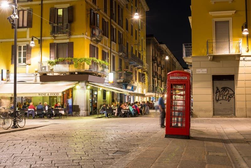 Gammal gata i Milan på natten royaltyfria bilder