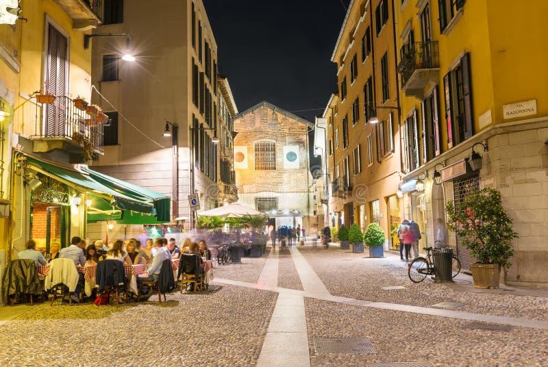 Gammal gata i Milan på natten arkivfoto