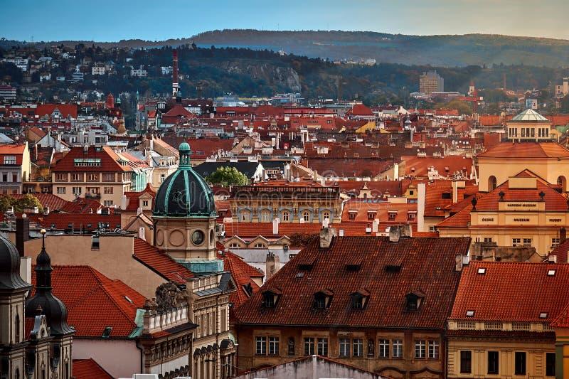 Gammal gata i Prague på morgonen som är i stadens centrum, Tjeckien, europeiskt lopp arkivfoto