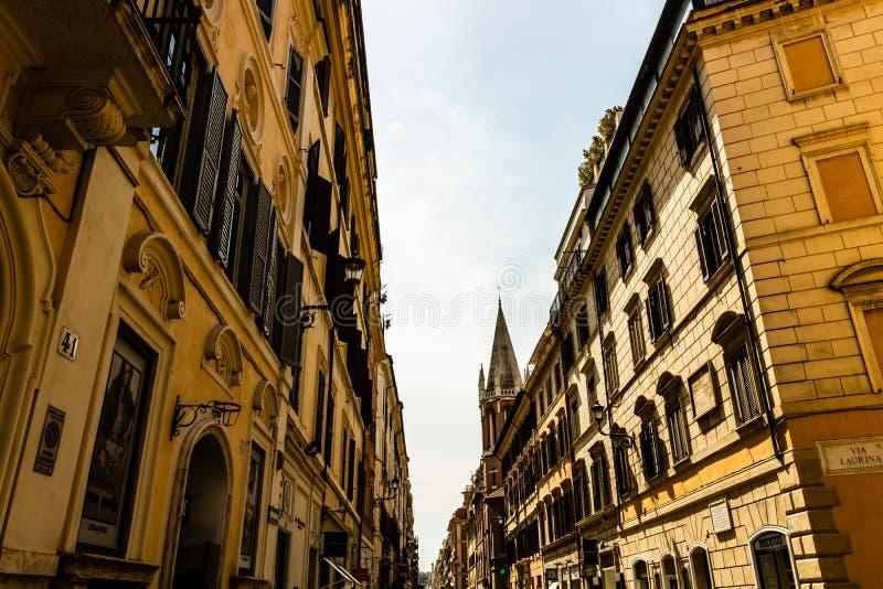 Gammal gata i Rome, Italien Arkitektur och gränsmärke av Rome royaltyfri fotografi