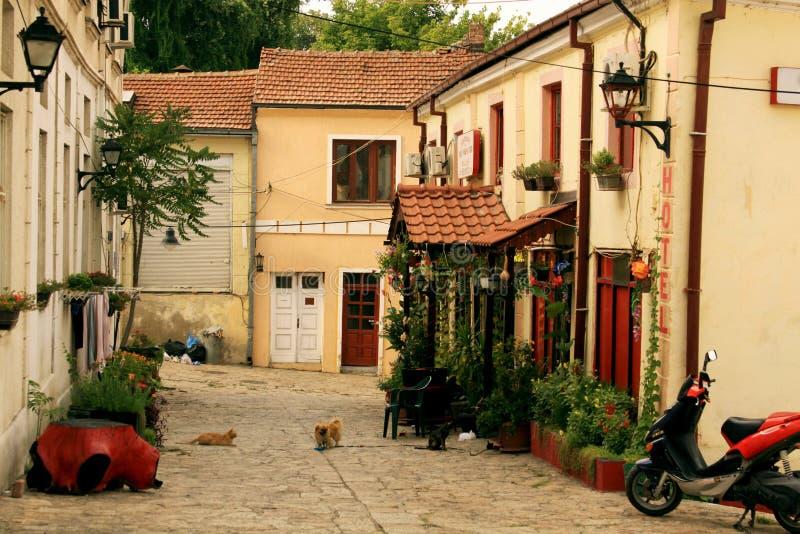 Gammal gata i Skopje arkivbilder