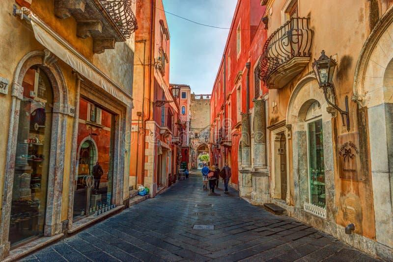 Gammal gata i Taormina, Sicilien, Italien arkivfoto