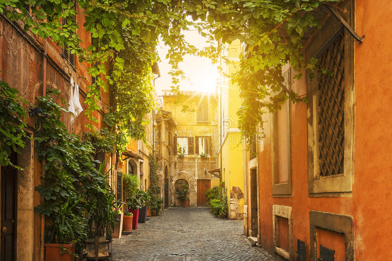 Gammal gata i Trastevere i Rome royaltyfri foto