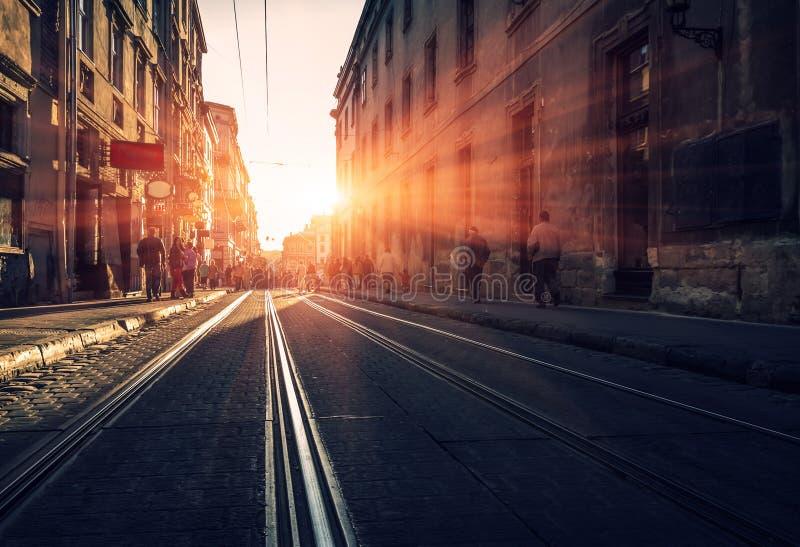 Gammal gata med förberedande stenar på solnedgången gammal stad royaltyfria foton