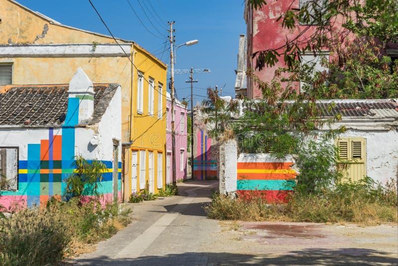 Gammal gata med Otrobanda Curacao för konstarbete sikter royaltyfri bild