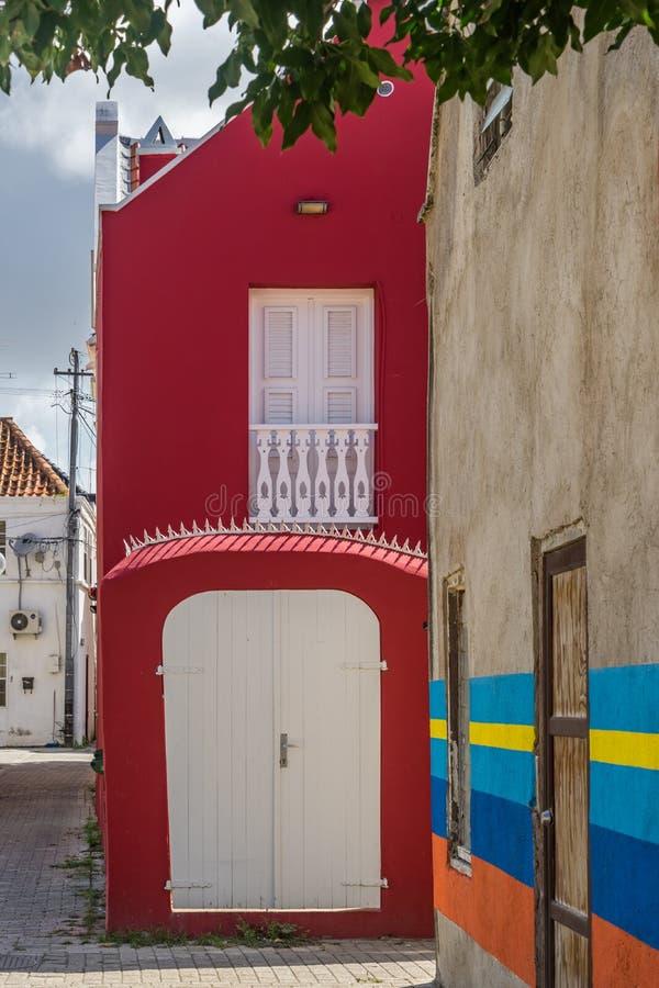 Gammal gata med Otrobanda Curacao för konstarbete sikter arkivbild