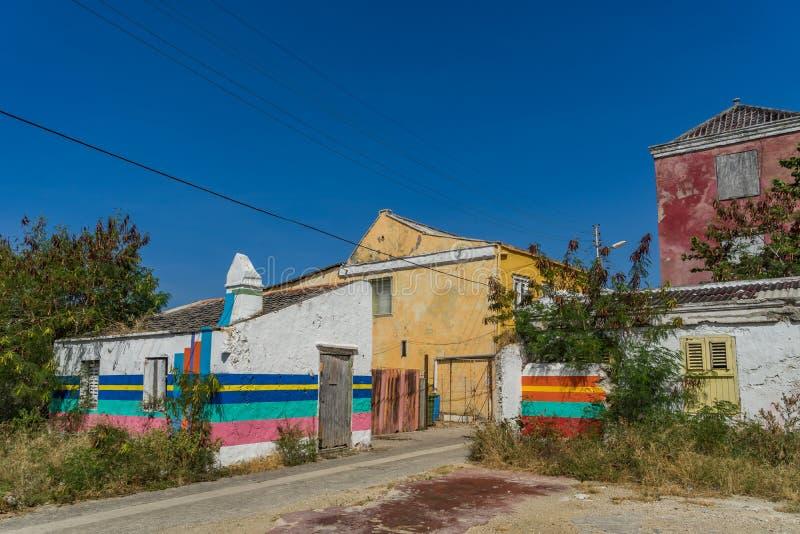 Gammal gata med Otrobanda Curacao för konstarbete sikter royaltyfri fotografi