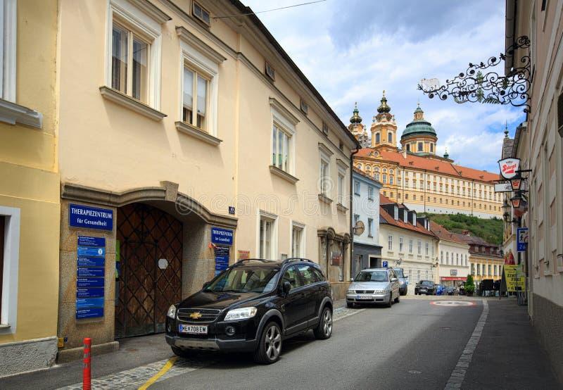 Gammal gata som leder till den Melk abbotskloster Stad av Melk, lägre Österrike fotografering för bildbyråer