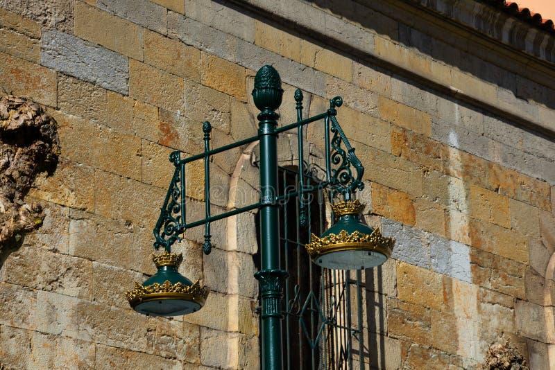 Gammal gatalampa med guld- detaljer royaltyfri bild