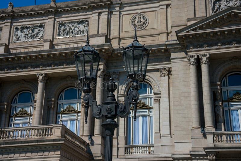 Gammal gatalampa med te Colombus Theater Teatro Colon i bakgrunden royaltyfria bilder