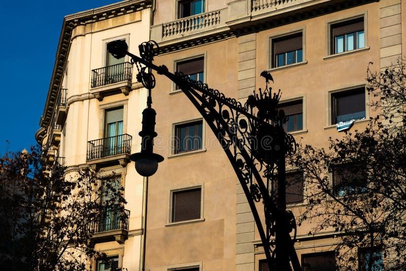 Gammal gatalampa på Passeig de Gracia Avenue arkivbild