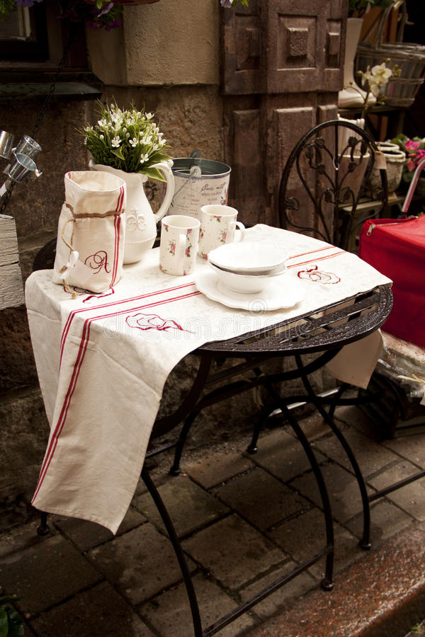 gammal gatatown för cafe royaltyfri bild