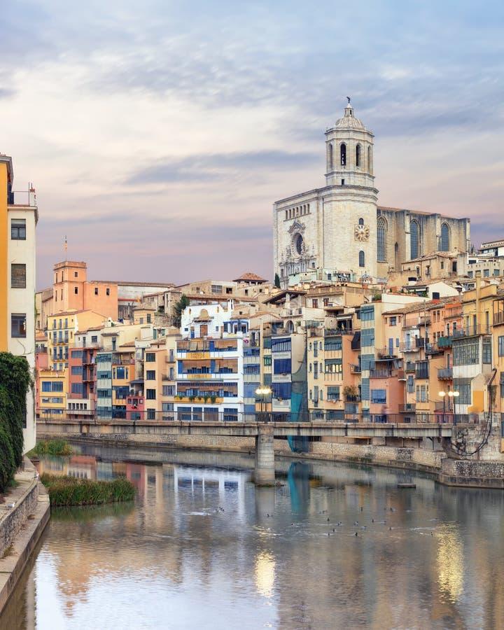 Gammal Girona stad, sikt på floden Onyar royaltyfria foton