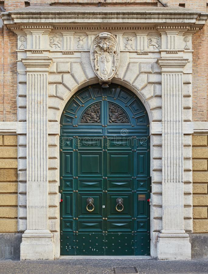 Gammal grön dörr i Rome, Italien royaltyfri fotografi