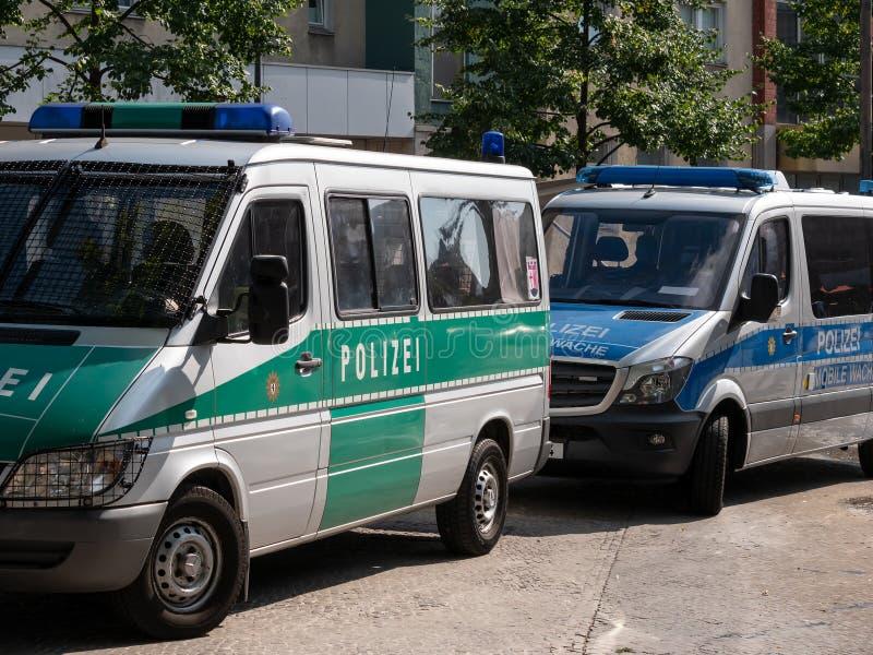 Gammal grön polisbil och ny blå polisbil i Berlin, Tyskland royaltyfri fotografi
