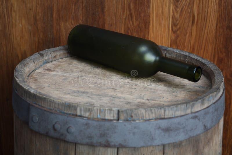 Gammal grön vinflaska royaltyfria foton
