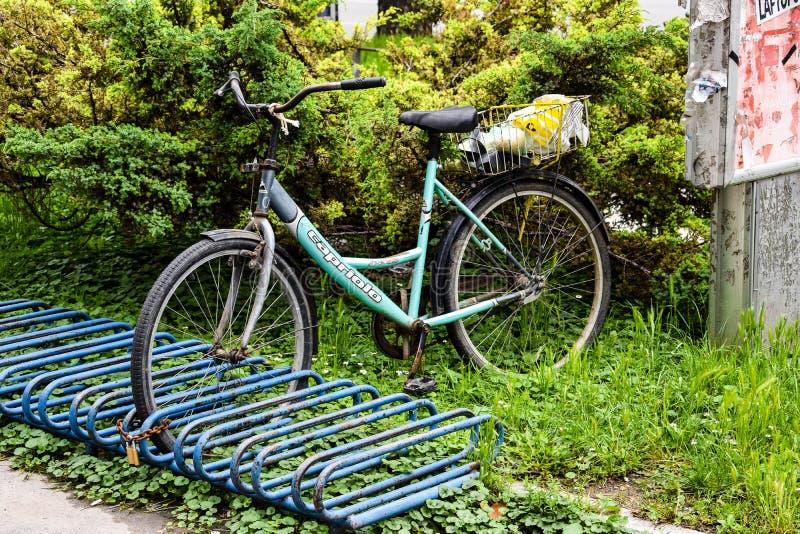 Gammal gr?n cykel ställningar parkerar in arkivfoto