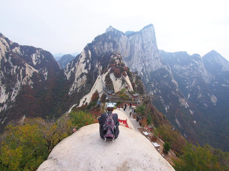 Gammal grabb och en bedöva sikt från maximumet av det Huashan berget X royaltyfria foton