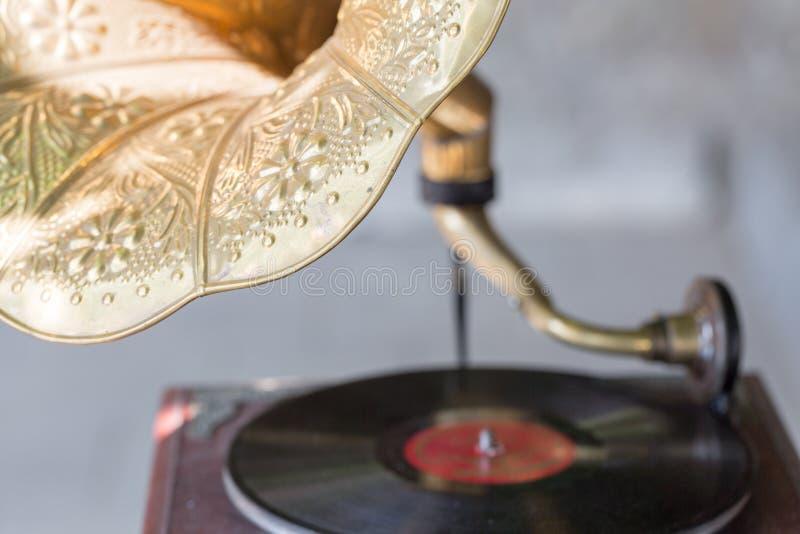 Gammal grammofon med vinylrekordet Selektivt fokusera arkivfoton