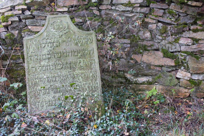 Gammal gravsten på en judisk kyrkogård royaltyfri bild