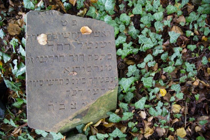 Gammal gravsten på en judisk kyrkogård arkivfoto