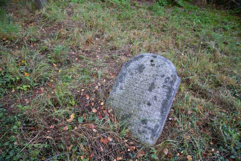 Gammal gravsten på en judisk kyrkogård royaltyfria bilder