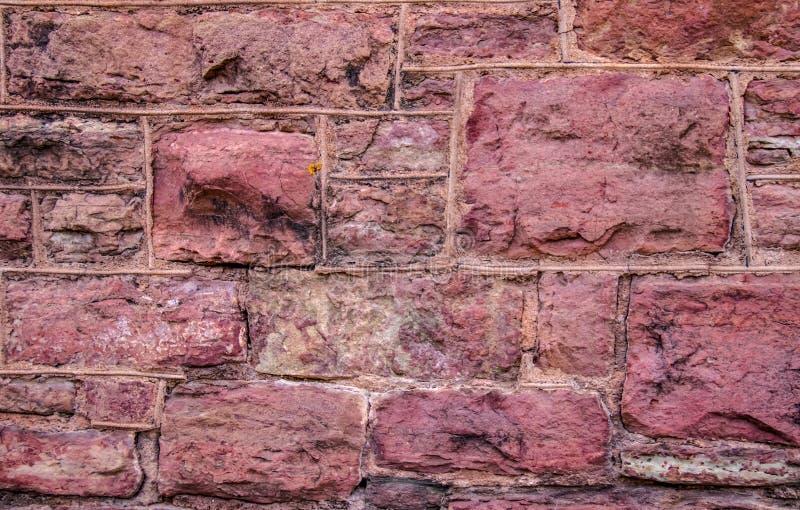 Gammal grov röd sten och tuckpointing bakgrund för murverkvägg arkivbilder