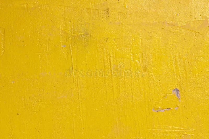 Gammal grunge knäckte tappningljus - den gula väggen för betong- och cementformtextur eller golvbakgrund med riden ut målarfärg royaltyfri foto