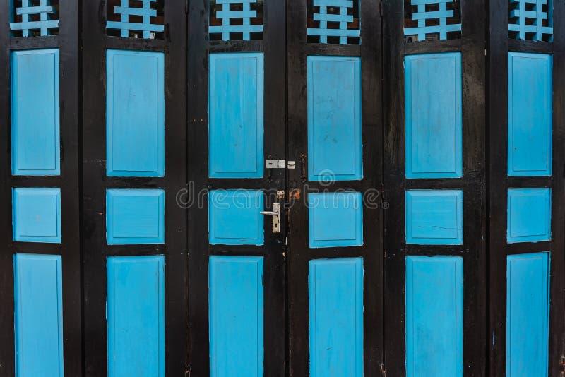 Gammal grunge och riden ut blå trädörrbakgrund och textur arkivfoto