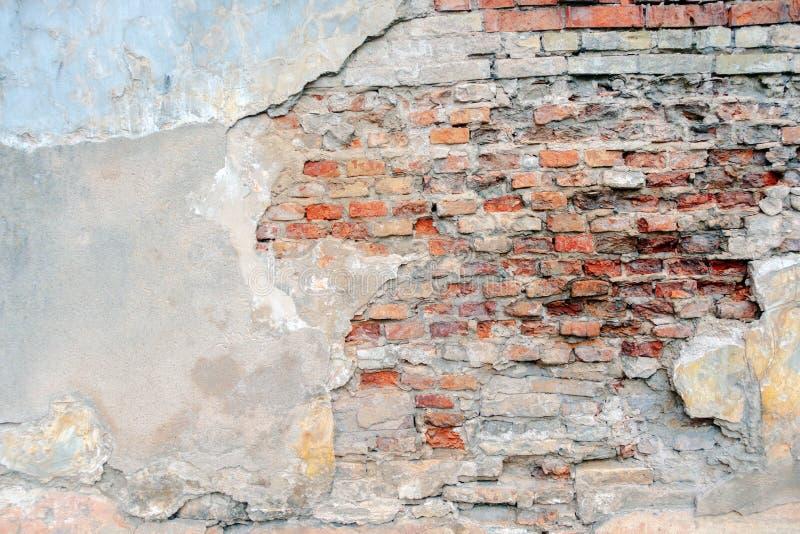 Gammal grungy vägg för röd tegelsten med skalad vit beige stuckaturbakgrund Retro murbrukvägg för tappning med knäckt smutsigt royaltyfria foton