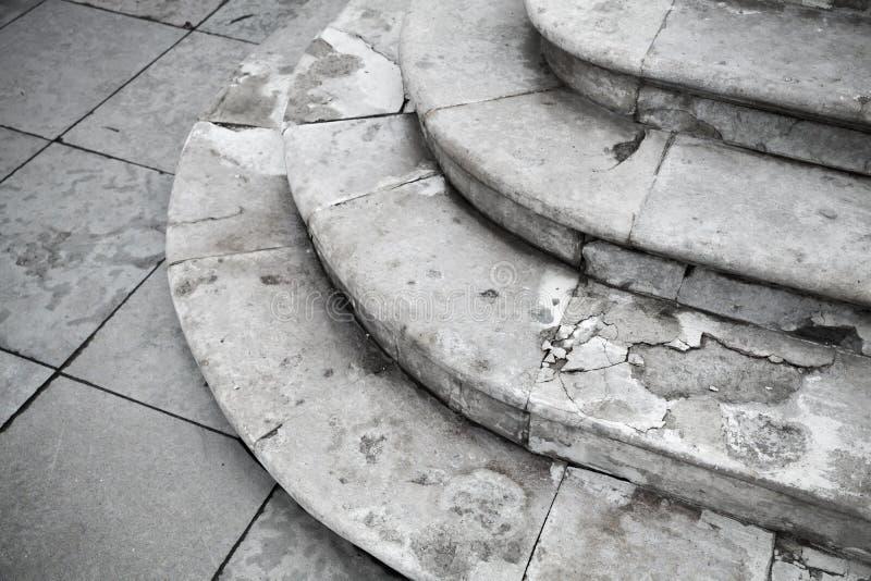 Gammal grungy vit forntida stentrappa arkivfoto