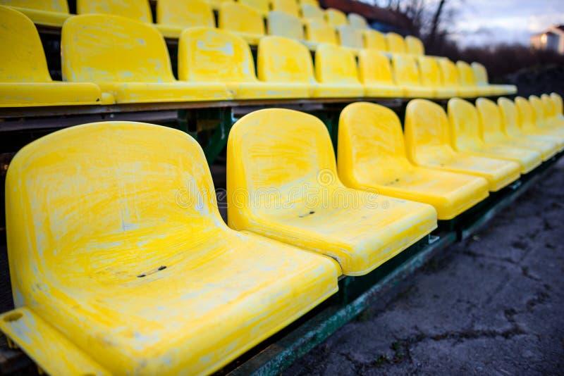 Gammal gul plats i stadioncloseup royaltyfria bilder